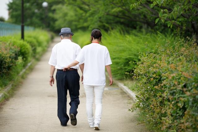 看護師と散歩している様子